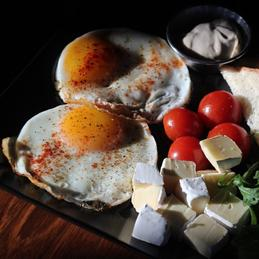 Eggs with camembert, cherry tomatoes and arugula